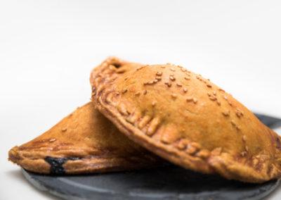 Empanadilla de atun, cebolla y piñones